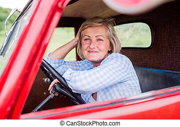primo piano, di, donna senior, dentro, vendemmia, camioncino scoperto
