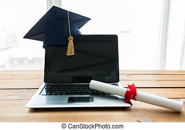primo piano, di, laptop, con, sparviere, e, diploma