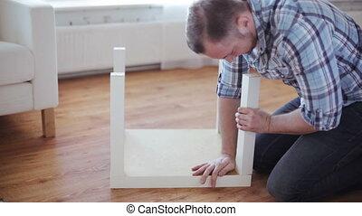 primo piano, di, maschio porge, montaggio, gambe, a, tavola