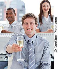 primo piano, di, riuscito, squadra affari, bere, champagne