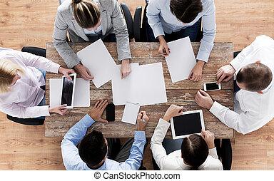 primo piano, di, squadra affari, con, carte, e, aggeggi