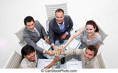 primo piano, di, squadra affari, tostare, con, champagneclose-up, di, squadra affari, tostare, con, champagne