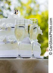 primo piano, di, torta nuziale, e, flauti champagne