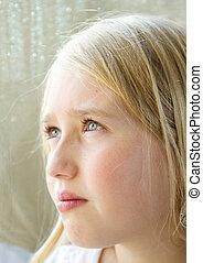 primo piano, di, uno, adolescente, osservare verso esterno finestra