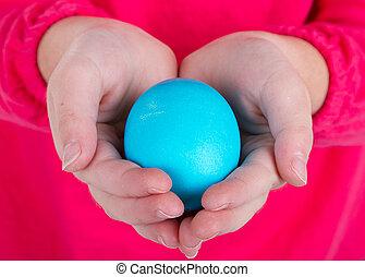 primo piano, di, uno, bambino, presa a terra, un, uovo di pasqua