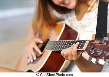 primo piano, di, uno, donna, chitarra esegue, spiaggia