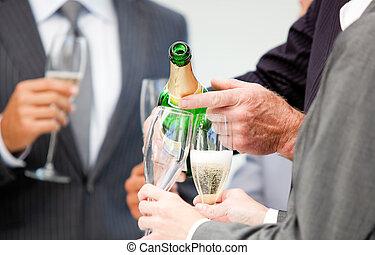 primo piano, di, uno, uomo affari, servire, champagne