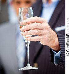 primo piano, di, uno, uomo affari, tenendo vetro, di, champagne