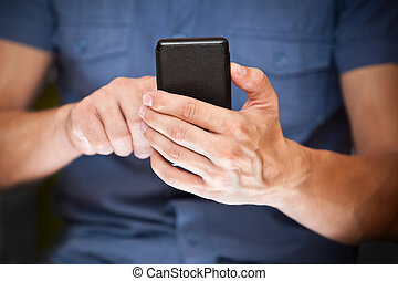 primo piano, di, uno, uomo, usando, mobile, far male, telefono