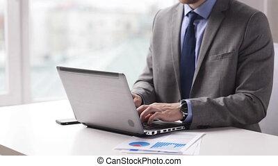 primo piano, di, uomo affari, mani, dattilografia, su, laptop