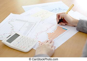 primo piano, donna d'affari, calcolatore, scrivania, analizzare, grafico
