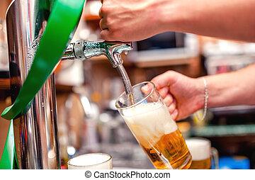 primo piano, fermentazione, pub, birra, barman, brutta copia