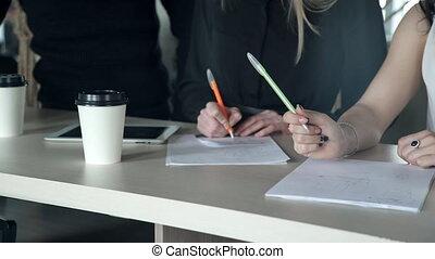 primo piano, figure, di, tre, managers, detenere, mattina, riunione affari