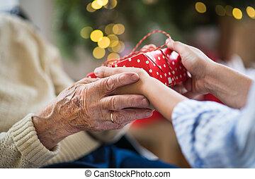 primo piano mani, di, anziano, e, giovane, tenendo presente, a, natale.