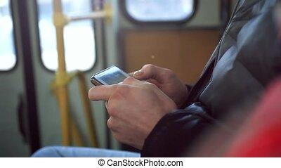 primo piano, mani, in, autobus, uomo, usando, suo, cellula,...