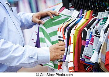 primo piano, mani, scegliere, abbigliamento
