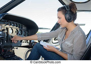 primo piano, ritratto, di, giovane, pilota elicottero