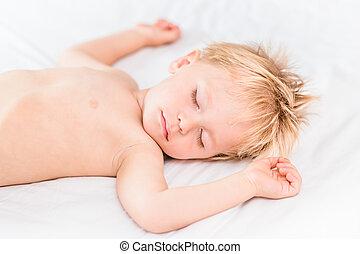 primo piano, ritratto, di, piccolo ragazzo, con, capelli biondi, in pausa, bianco, bad., spensierato, infanzia, concetto