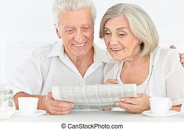 primo piano, ritratto, di, uno, coppie maggiori, con, giornale