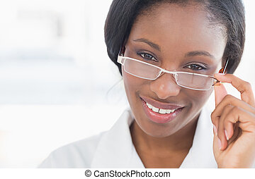 primo piano, ritratto, di, uno, dottore femmina, con, occhiali occhio