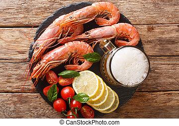 primo piano, spuntino, limone, ardesia, gamberetto, birra, delizioso, board., orizzontale, cima, pomodori, vista