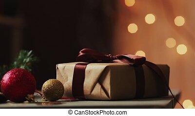 primo piano, su, il, fondo, di, luci natale, femmina porge, aperto, uno, regalo, da, kraft, paper., il, fondo, è, sfocato, in, bokeh.