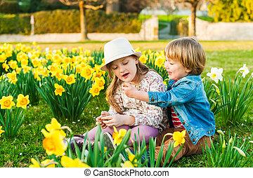 printemps, ensoleillé, jouer, fleurs, adorable, enfants, jour, gentil