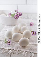 printemps, fleurs blanches, oeufs