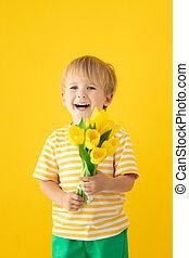 printemps, tenue, heureux, fleurs, bouquet, enfant
