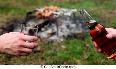 prise, autre, tasse, verser, plastique, bouteille bière, main, une
