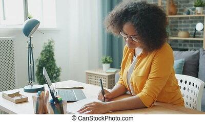 prise notes, alors, gai, cahier, dactylographie, portable utilisation, adolescent, maison