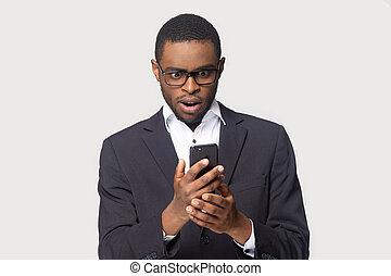 prise, surprenant, smartphone, étonné, studio, nouvelles, coup, homme affaires, reçu, africaine