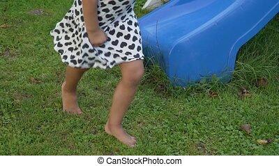 prise vue., pieds nue, courant, été, motion., nu, girl, peu, herbe, lent, pieds, vert, enfant, gimbal, lawn., herbeux, arrière-cour, stabilisé