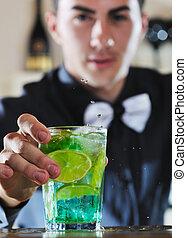 pro, barkeeper, bereiten, coctail, getränk, auf, party