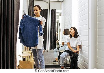probador, ropa, niñas, tienda, sonriente