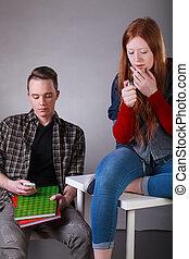 problemático, adolescentes, cigarrillo humeante, y, texting, en, aula