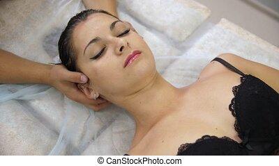 procedure., femme, cou, hommes, spine., divan, chiropractor., masage, soutien gorge, réception, mains, pendant, girl, cervical, mensonge