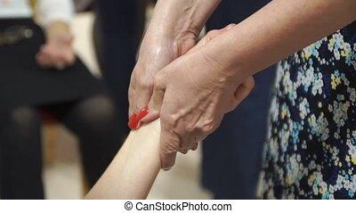 procedure, handen, masseren, in, de, spa, salon., vrouwenhanden, doen, een, vinger, masseren, met, beauty, olie