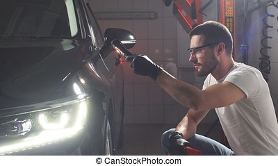 Process of checking quality of polishing of the car body. -...