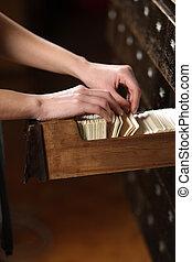 procurar, archives., enchimento, estudante, mãos, cabinet.