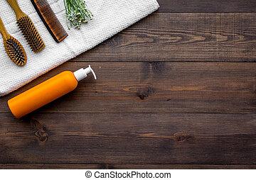 product's, para, diariamente, cabelo, care., pente, shampoo, toalha, ligado, escuro, madeira, fundo, vista superior, copyspace