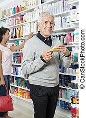 PRODUKT, shoppen, Besitz, apotheke, während, weibliche, Älter, Mann