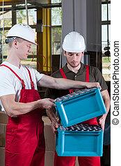 produktion, arbeiter, in, schützende arbeitskleidung