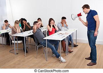 prof, cris, par, porte voix, sur, université, étudiants