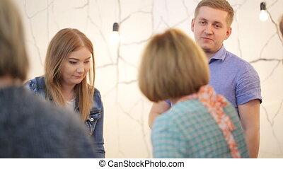 prof, dans, chemise bleue, discute, résultats, de, maître, classe, à, sien, étudiants