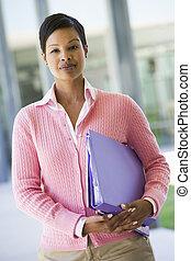 prof, debout, dehors, école, tenue, classeurs, (selective, focus)