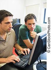 prof, et, étudiant mûr, dans, salle ordinateurs