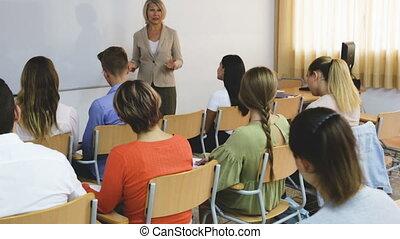 prof, femme, étudiants, auditorium, conférence, élégant
