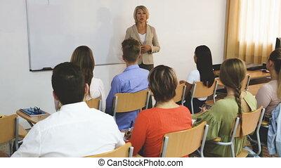 prof, femme, étudiants, auditorium, conférence