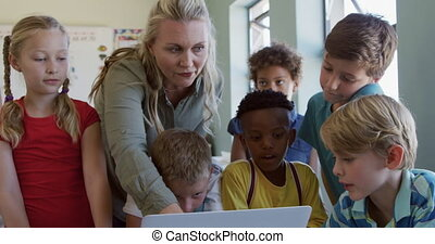 prof, femme, groupe, utilisation, gosses, classe, ordinateur portable